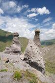 Natuurlijke verweerde stenen, blauwe hemel, wolken — Stockfoto