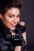 Siyah deri ceketli güzel kadın — Stok fotoğraf
