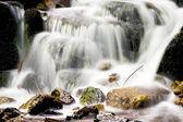 Mooie en rustige waterval in de natuur — Stockfoto