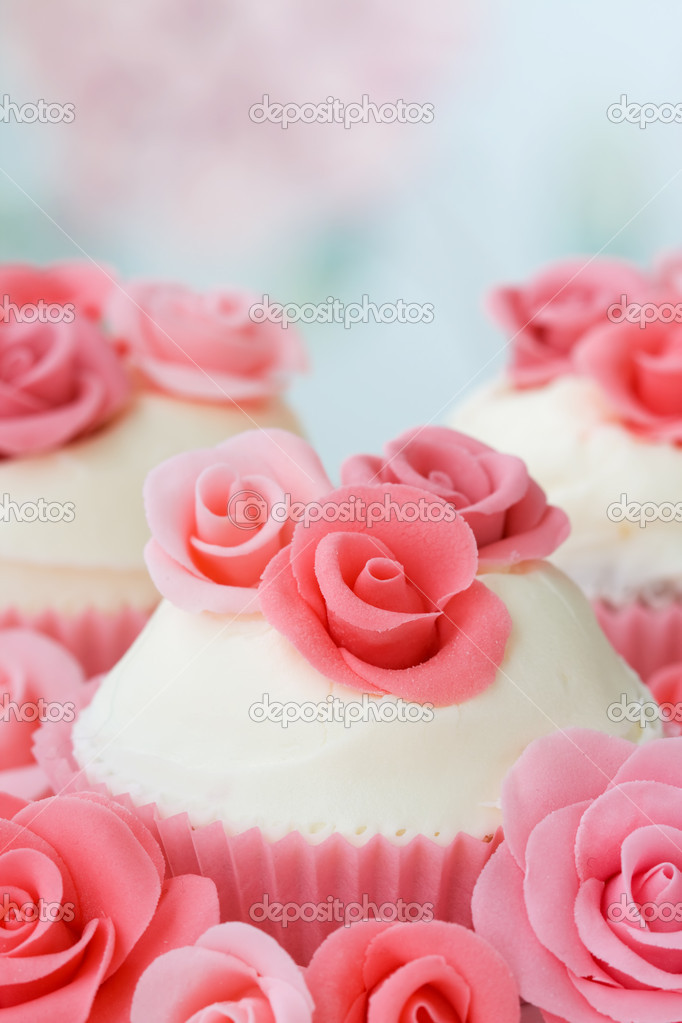 Cupcakes decorated with pink sugar roses — Stock Photo #2049275