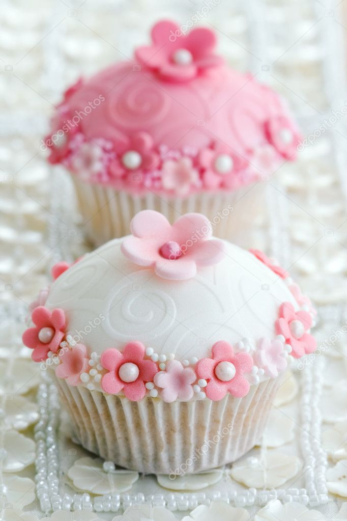 Wedding cupcakes decorated with a pink and white theme — Stock Photo #2051496