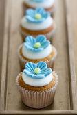Niebieski kwiat mini babeczki — Zdjęcie stockowe