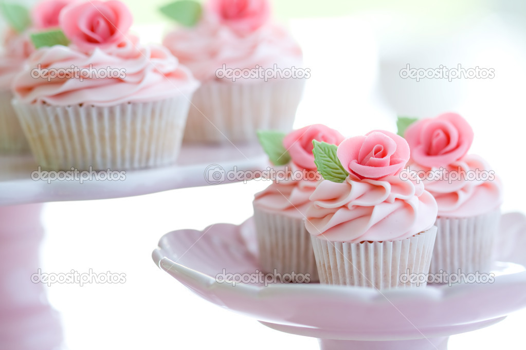 Cupcakes decorated with pink sugar roses — Stock Photo #2340600