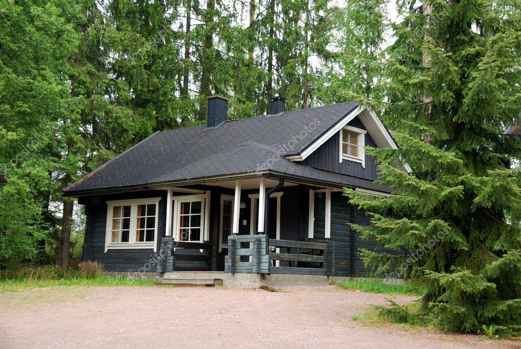 在森林的芬兰木制小屋