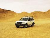 Jeep in desert — Stock Photo