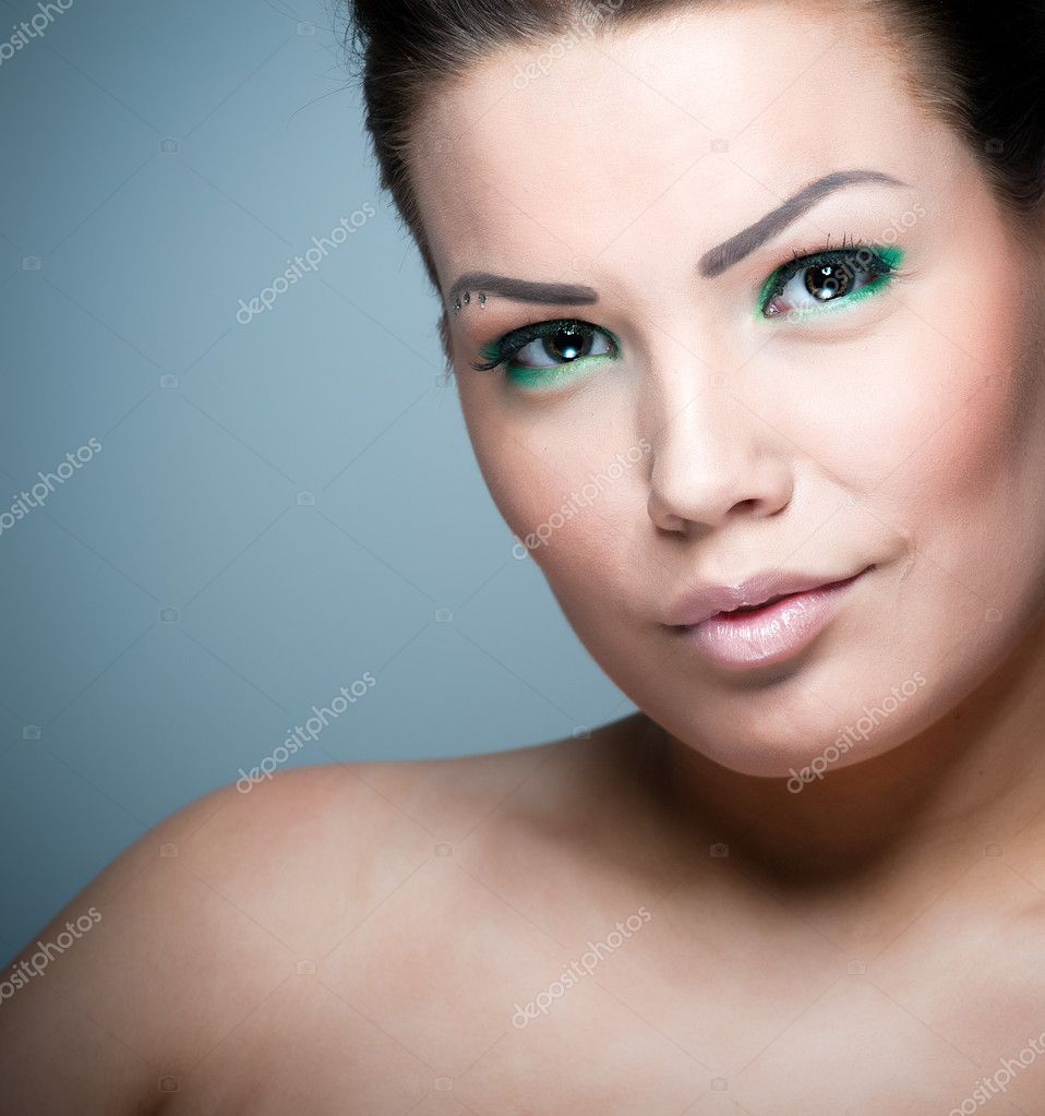 Young brunette wearing colorful green make up — Stok fotoğraf #2127488