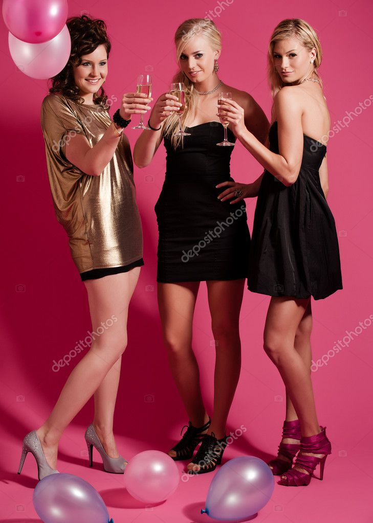 Three girlfriends ready for a party night — Stock Photo #2230315