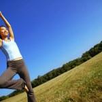 flicka praktisera yoga i fältet — Stockfoto