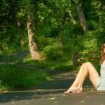 ładna dziewczyna siedzi — Zdjęcie stockowe