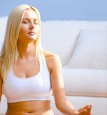 年轻女子在冥想中坐 — 图库照片