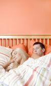 молодая пара, спать в постели — Стоковое фото