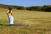 Girl Practicing Yoga In Field — Stock Photo