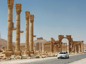 Palmyra today: ancient & modern — Stock Photo