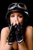 Mädchen mit uns armee-motorrad-helm — Stockfoto