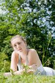 Güzel bir kız bir çayırda — Stok fotoğraf