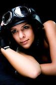 Garota conosco capacete de motocicleta do exército — Foto Stock