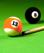 Cue stick and snooker balls — 图库照片