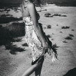 Pretty women in lonely desert — Stock Photo