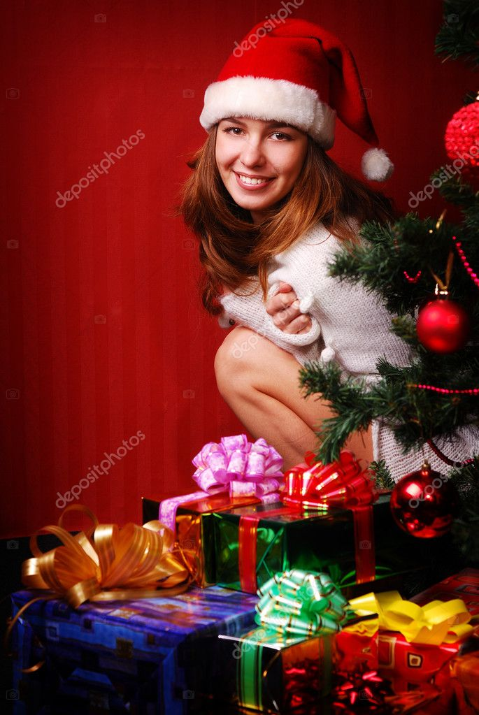 Girl with gift near a tree — Stock Photo #2098414