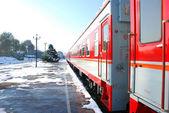 Röda tåget på plattform — Stockfoto