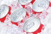 Close up van soda blikjes in ijs — Stockfoto