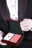 человек в смокинг с игральных карт — Стоковое фото