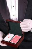 Muž ve smokingu s hrací karty — Stock fotografie