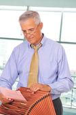 Homme d'affaires avec boîte de fichier — Photo