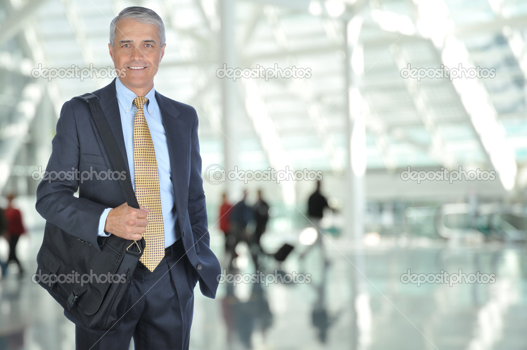 Business Traveler in Airport Concourse with blurred travelers in background — Stok fotoğraf #2086905