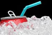 Frisdrankblikje in ijs met stro — Stockfoto