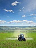 Agricultura tractor arando y pulverización — Foto de Stock