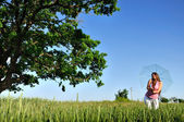 Young woman in a field — Foto de Stock