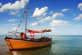 Bateau orange, solitaire dans les caraïbes — Photo