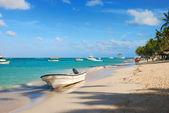 Barco playa exótica en república dominicana — Foto de Stock