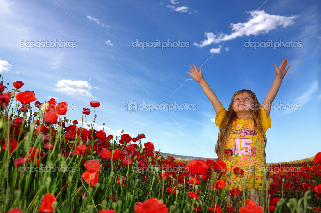 Little girl and field with poppy — Stock Photo #2078419