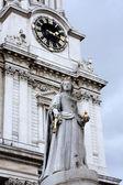 Queen Victoria Statue london — Stock Photo