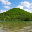 Lake reflecting the hill — Stockfoto