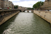 Seine river between Paris mainland and a — Stock Photo