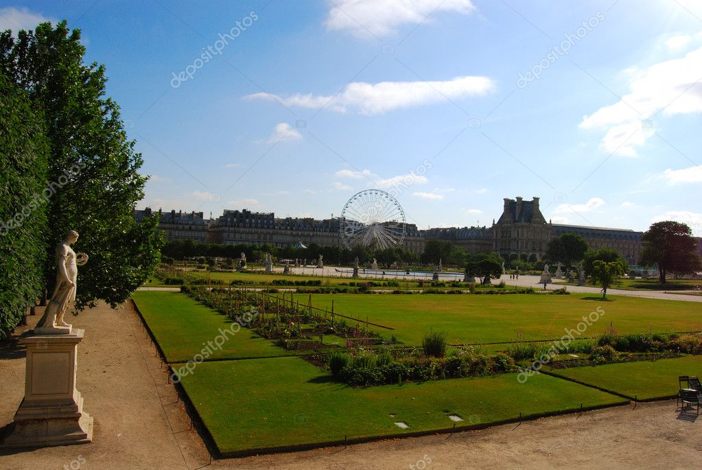Beautiful park near Louvre museum in Paris — Stock Photo #2072480