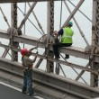 Workers on Brooklyn Bridge — Stock Photo