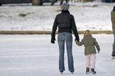 Na łyżwach na lodowisku — Zdjęcie stockowe