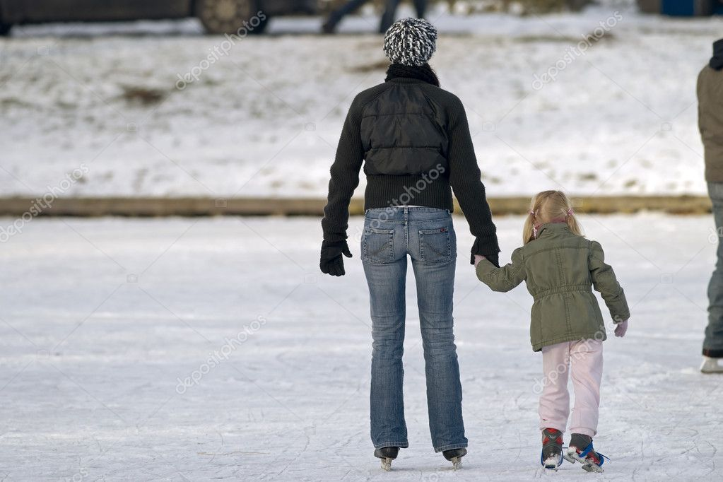 Mother and young girl ice skating at outdoor rink — Stock Photo #2037384