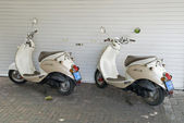 Dwa zaparkowane skutery — Zdjęcie stockowe