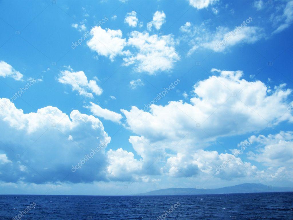 多云的天空与大海风景