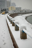 White snow covered the seaside guardrail — Stock Photo