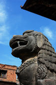 Ancient lion sculpture under blue sky — Stock Photo