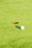 Primer plano de una pelota en un campo de golf — Foto de Stock