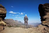 Man on the cliff — Stock Photo