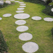 The curving stepping stone footpath in the landscape garden. — Lizenzfreies Foto