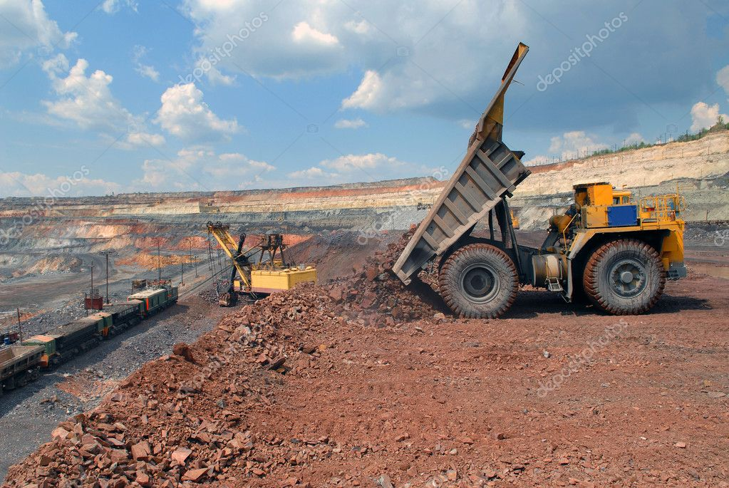 Dump-body truck unloading in mine of iron ore — Stock Photo #2097298